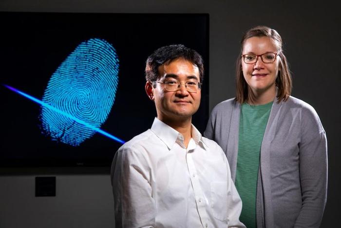 Химики разработали способ измерения возраста отпечатков пальцев
